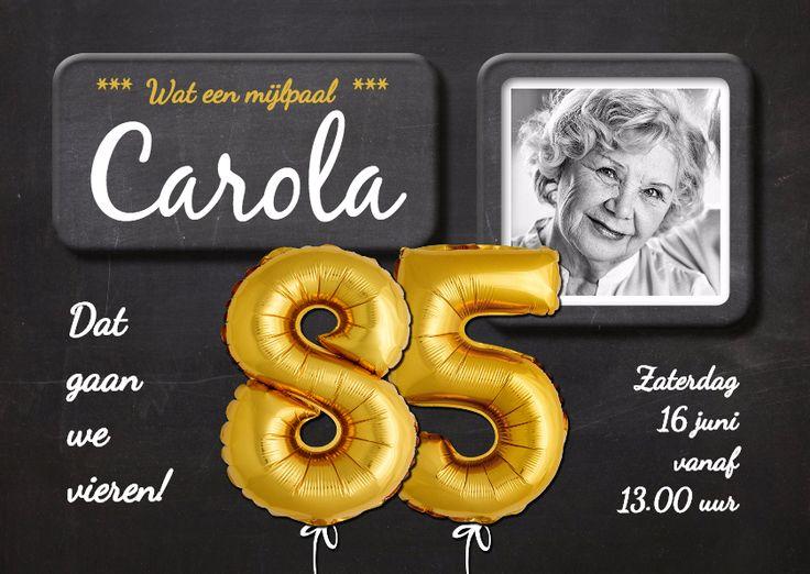Bijzonder mooie en leuke uitnodiging met gouden ballonnen en krijtbord achtergrond voor 85e verjaardag. De foto is vervangbaar.