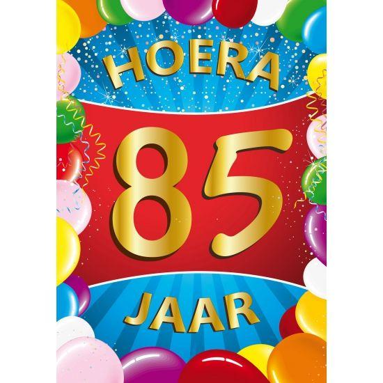 Voor een 85ste verjaardag: 85 jaar mega deurposter in A1 formaat. Grote deurposter 85 jaar met de tekst: Hoera 85 jaar. A1 formaat: ongeveer 59 x 84 cm.
