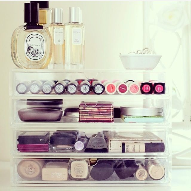 Tiny tray on top of drawers for everyday jewels Muji make up storage