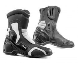 Bota Falco modelo 330 Axis 2. Incorpora el sistema High-tex water-resistant. La bota posee una protección anti-shock con una membrana de elastómero que protege al talón llamado talón-tex e incorpora un refuerzo frontal de ABS.    Los colores disponibles de la bota Falco 330 Axis 2 son el Negro y el Negro-Blanco. El tallaje de la bota va desde el 37 hasta el 47. Recordemos que la bota posee la protección del talón la cual está moldeada para que se adapte perfectamente al pie.