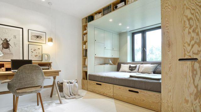 Un lit alcôve sous la fenêtre pour un super gain de place !