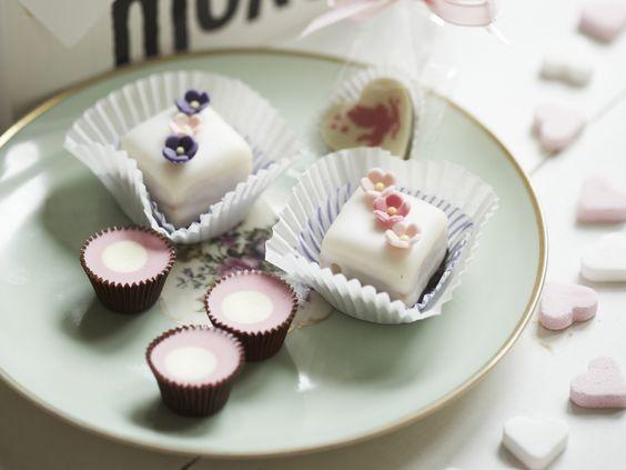 Das klassische Feingebäck der französischen Küche mit einem Rezept von Julia Butz sieht nicht nur schön aus, sondern schmeckt auch noch lecker. Petits Fours sind kleine Kuchen, die eine goße Wirkung zeigen - nicht nur auf die Geschmacksnerven. Zu einem Tässchen Kaffee sehen die niedlichen Kunstwerke einzigartig aus und eignen sich perfekt zu besonderen Anlässen. Das Rezept zum Selbermachen finden Sie hier. http://www.fuersie.de/kochen/backrezepte/artikel/rezept-petit-fours