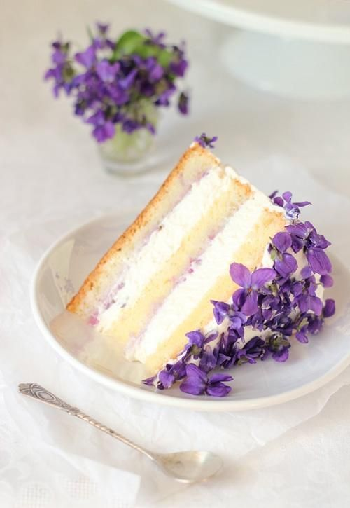 Recipe for a Violet Cake with edible flowers
