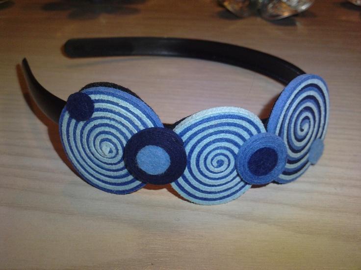 Diadema hecha en tonos azules con ante y fieltro