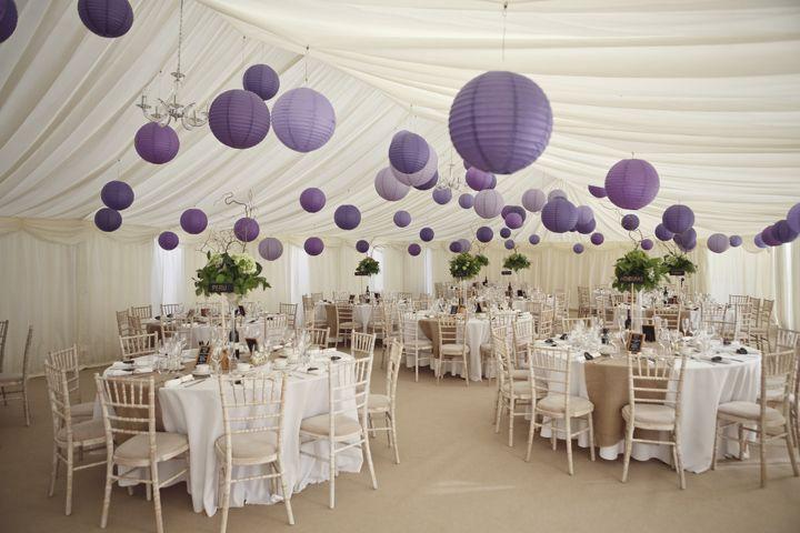 Feestzaal met sierlijke drapering en paarse lampionnen.   #lampion #feest…