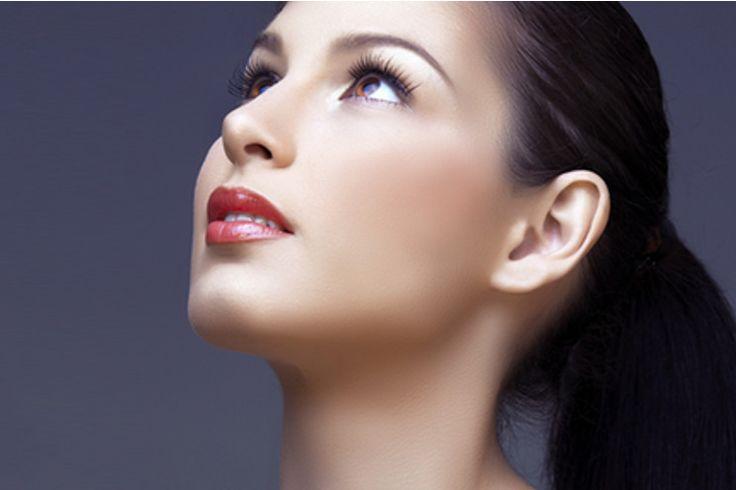 Zadaniem kremów odmładzających jest wygładzenie skóry, spłycenie zmarszczek, zmniejszenie przebarwień. Producenci kosmetyków prześcigają się w nowościach, które mają nam zapewnić wymarzony młody wygląd. Nie daj się jednak skusić na ładnie wyglądające opakowanie – najważniejsze jest to, co taki krem posiada w swoim składzie.