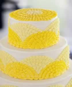 Gele bruidstaarten en cake-cups