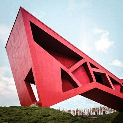 O escritório mexicano de arquitetura FR-EE construí em Jinhua, na China a 'Brigding Tea House' (Ponte para Casa de Chá). Totalmente em vermelho, essa arquitetura é composta por formas geométricas irregulares. Confira!
