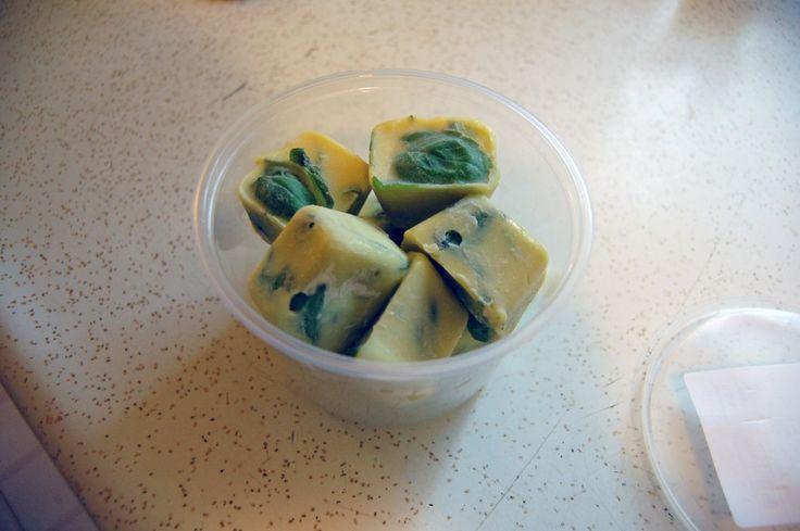 """Cibo, 30 trucchi per conservarlo più a lungo - Se state per congelare le erbe aromatiche, potete optare per una soluzione molto pratica (che farà storcere il naso ad alcuni """"puristi"""" della cucina): inserite ciuffetti di basilico, prezzemolo o altre aromatiche in foglia in un dito o due di olio, e congelate. Ricaverete pratici """"cubetti"""" da utilizzare per condire al momento qualunque piatto."""