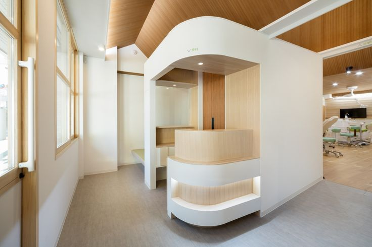 Dental Clinic with Coved Ceiling / Hiroki Tominaga