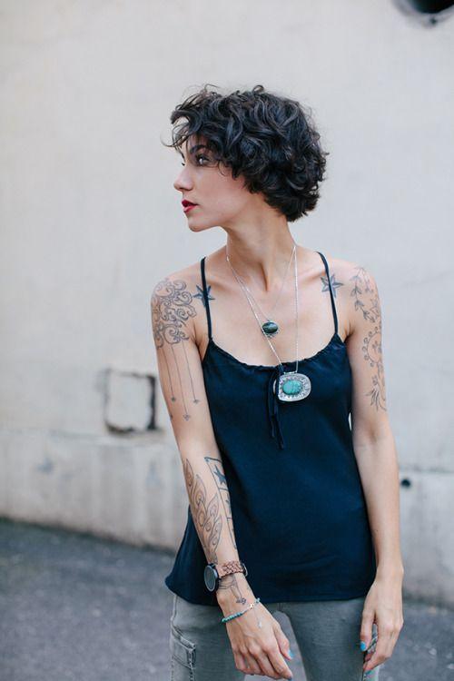 Haar linker schouder Tattoo is mooi