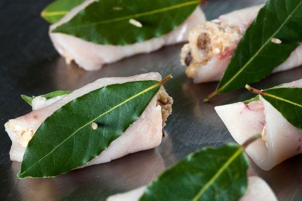 Un piatto di pesce semplice da preparare e molto gustoso. Vedrete che gli involtini di pesce spada alla palermitana piaceranno anche ai bambini.