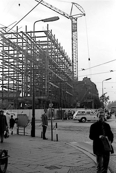 budowa Biprohutu przed dworcem PKP