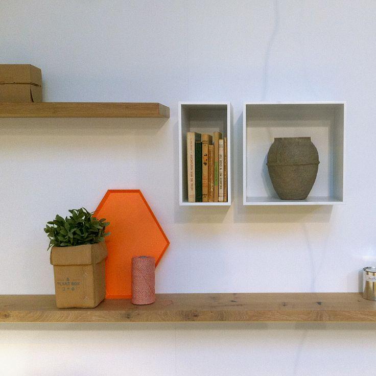 17 beste idee n over tv muur planken op pinterest tv rekken decoratie klein appartement en - Muur plank onder tv ...