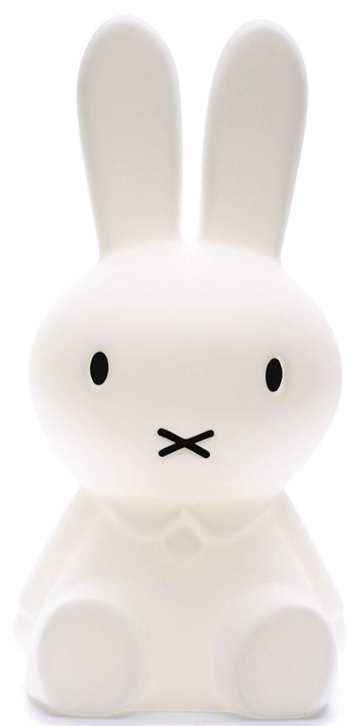Miffy-lampe fra Mr Maria - en helt igennem bedårende lampe, der forestiller den søde kanin, Miffy. Lampen er en storfavorit til indretning af børneværelser, og er mindst lige så fin og charmerende tændt, som den er, når slukkes.<br><br>Lyset i Miffy-lampen kan dæmpes og skrues op, hvilket gør den ideel til både dags- og nattebrug, f.eks. som natlampe. <br><br>•CE-mærket.<br><br>•Med lysdæmper (dimmer-funktion).<br><br><b>Specifikationer:&l...