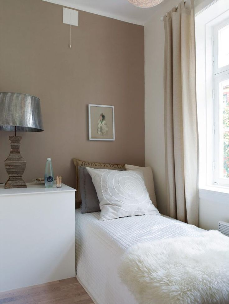 Lite soverom i feminin stil. Nattbordet skjuler varmtvannstanken. Veggen er malt med Marrakesh - 1623 Jotun/NCS 3606-129R