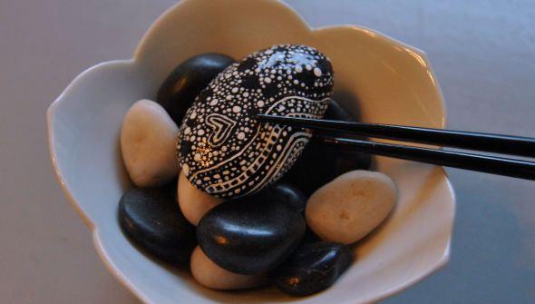 Pebble-Licious Het Pebble-project gaat van start. Mooie ronde steentjes die een podium krijgen. Om op te eten..! De december pebble.