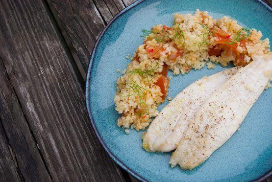 Een exotische couscous gecombineerd met een echt Noordzee visje, kan dat wel eigenlijk? Blijkt dat het kan. Onze vis van het jaar is een echte alleskunner die je op veel manieren kan prepareren en kan combineren. Ook met een lekker pittige couscous, zo blijkt. Een ideaal receptje, zo op de laatste avond voor het weekend…