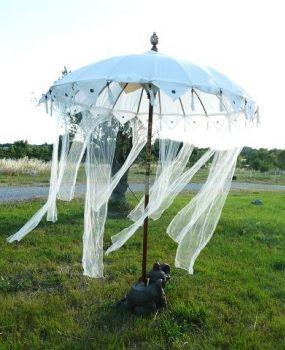 Parasol de mariage blanc ou écru chez www.femmesdusud-decoration.com