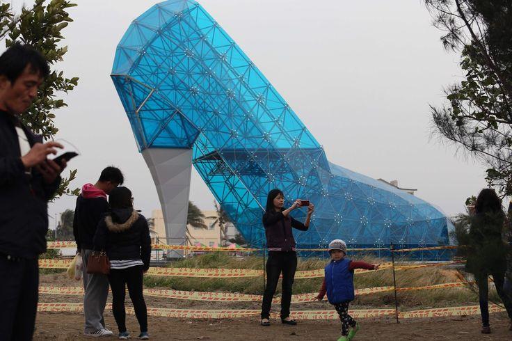 Turister tar bilder foran en kirke formet som en blå sko. Den spesielle kirken er 16 meter høy og 10 meter bred og ligger i det sørlige Chiayi i Taiwan.