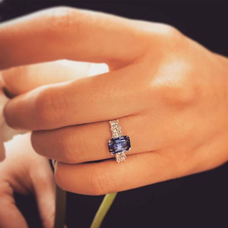 Let yourself be bewitched by this beautiful sapphire with an exceptional color, along with princess cut diamonds on each side!  #waskoll #paris #sapphire #diamond #princesscut