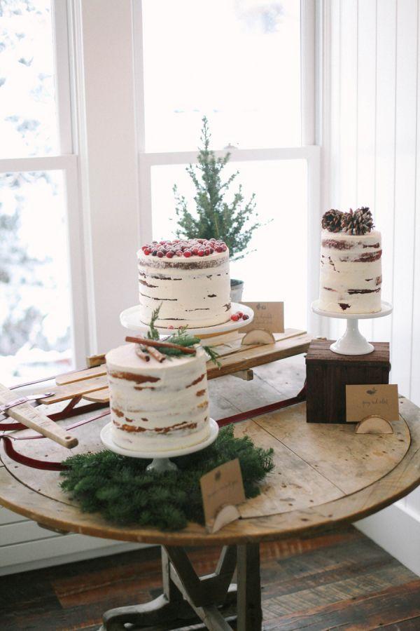 Una forma de presentar las tartas en una boda de invierno realmente encantadora. #bodas #invierno #tartas