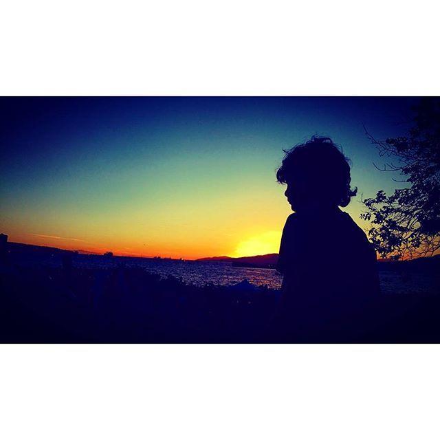 【125x70319】さんのInstagramをピンしています。 《#sunset #sea #bay #boy #light #shadow #black #blue #orange #yellow #whatdoyousee #dream #byebye #child #duck #summer #memories #夕暮れ #夕陽 #少年 #海 #夏の思いで #125x7h  今日は1日掃除したり、洗濯したり、ご飯作ったり、疲れた〜 今日の夕ご飯はアボカド料理する( ̄∇ ̄) そして明日は冒険するぞー\( ˙▿˙ )/》