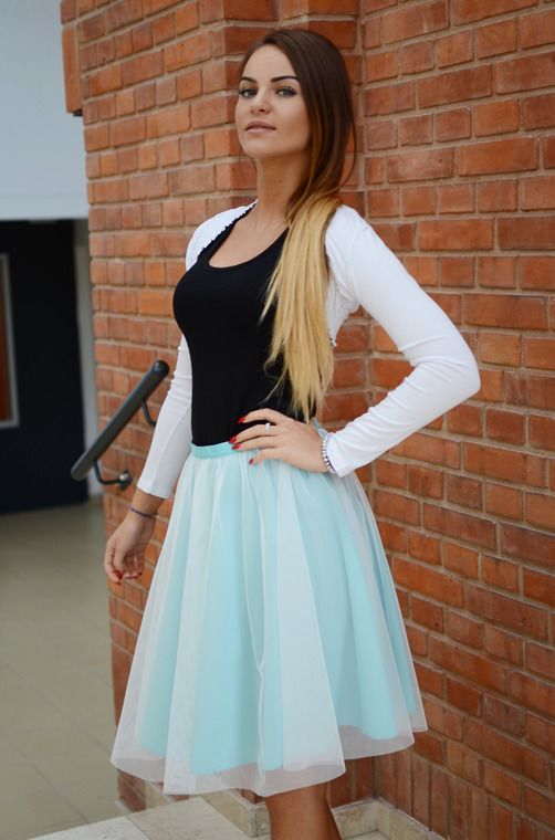 Delikatna i dziewczęca spódnica z modną tiulową warstwą, zapinana na ekspres. Oryginalnie zapakowana z kompletem metek wykonana z najlepszych materiałów. Modny design i niepowtarzalny wygląd. Idealna do codziennych stylizacji, ale także tych elegantszych.