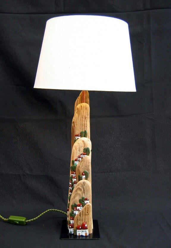 Lámpara artesanal hecha con madera reflotada y piedras de la playa, pieza única. De venta en Dorna (Laxe).