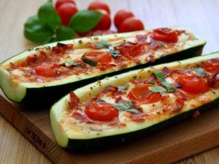 Courgettes farcies façon pizza à la mozzarella, tomate et chorizo | Ptit Chef