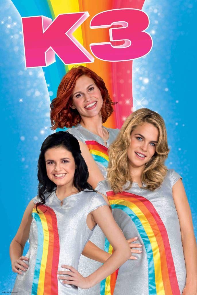 Hand in hand, oog in oog, alle kleuren van de regenboog! Vrolijke poster van de nieuwe K3 waarop ze hun bekende regenboogjurkjes aan hebben. En omdat we het zo leuk vinden, hebben we ook nog eens een regenboog op de achtergrond gezet.