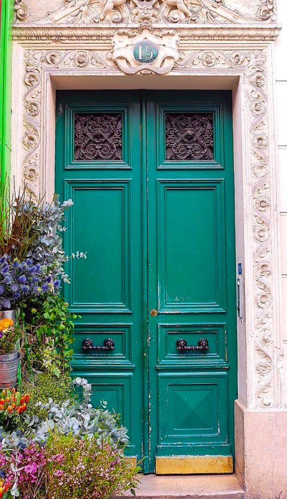Groene deur in Parijs, Frankrijk.