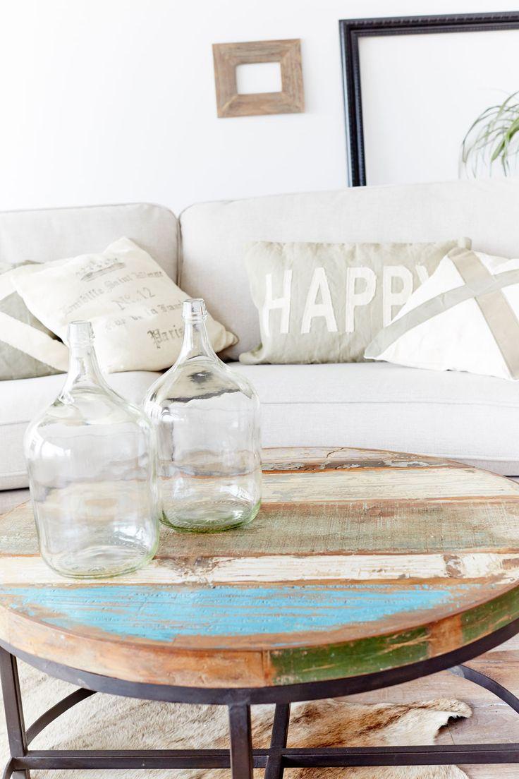 Vackert runt soffbord med skiva av återvunnet trä. www.myhomemyway.se