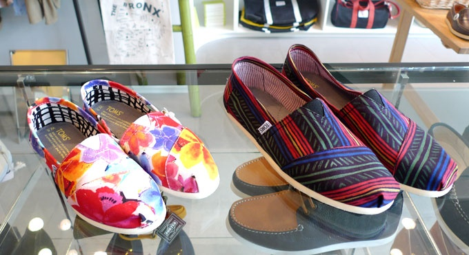My love affair with TOMS continues. I want the Navajo-inspired one pretty bad.Love Affairs, Tom Continuous, Clothes'S Sho, Aztec Tom, Pretty Bad