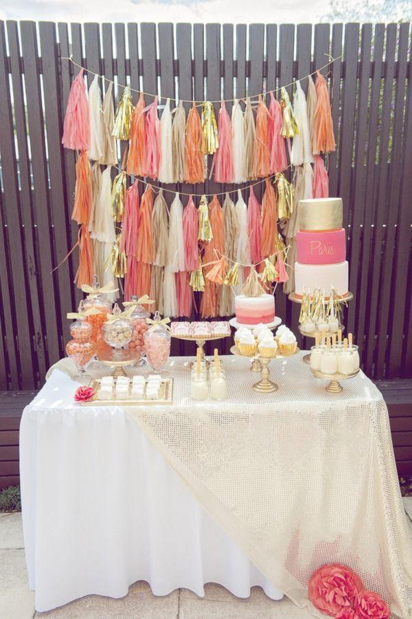 Crea un festivo fondo de mesa con guirnaldas de flecos! Me encanta esta combinación de colores... / Create a festive table backdrop with fringe banners! Love the colour combination...