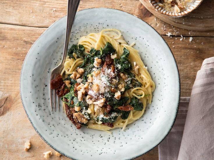 Linguini mit Walnüssen, getrockneten Tomaten und Parmesan