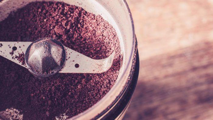 Kaffekvarnen blir ren med hjälp av riskorn. Bild: IBL Bildbyrå