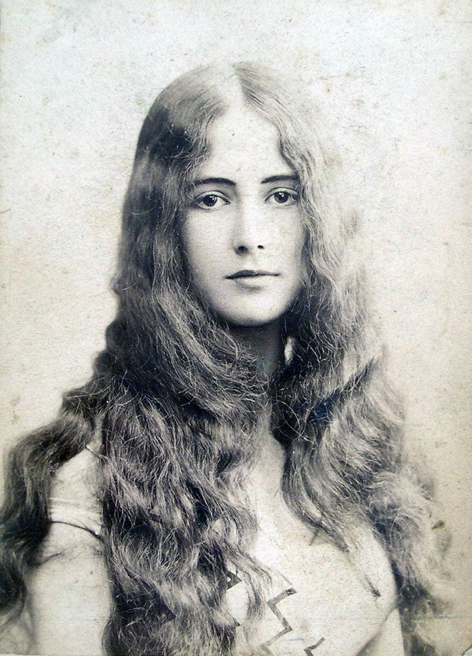 Cléo de Mérode (1875-1966), an international sensation, one of the the most photographed woman in the world in her time, was a French ballerina, who achieved fame with her face, not her feet. Oh, and there was that dalliance with the king of Belguim ....