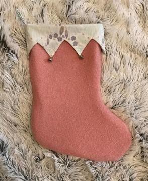 Nicolausstiefel / Weihnachtsstiefel - gezackte Krempe  Unsere Nähanleitung ist für die Vorweihnachtszeit ein absolutes Muss. Der Stiefel ist nicht nur dekorativ und schnell genäht, sondern auch praktisch, denn er bietet viel Platz für kleine Geschenke: wie Süßigkeiten, Manderinen, Nüsse, Äpfel oder Schokolade. Egal ob als Geschenk oder für deine eigene Weihnachtsdeko am Kamin oder an der Schranktür.  Die Stiefel ist gefüttert, wodurch er in Form bleibt. Der fertige Siefel ist etwa 40 cm