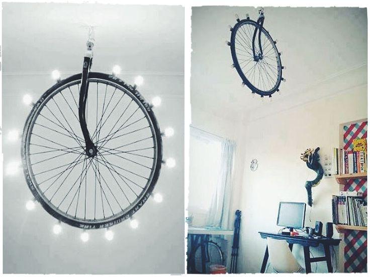 колесо старого велосипеда в интерьере, мимими
