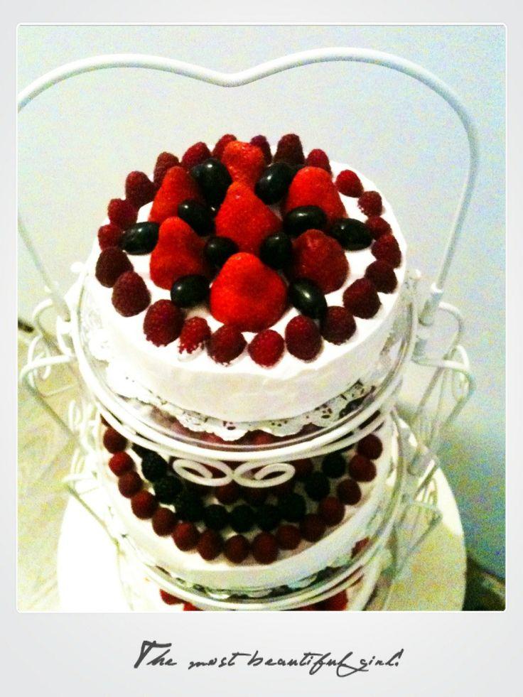 свадебный чизкейк на трех уровнях кружевной подставки, украшенный ягодами