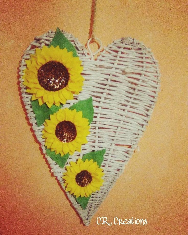 Fuoriporta con cuore in vimini e girasoli realizzati interamente a mano in pannolenci #fuoriporta #outdoor #handmade #girasole #sunflower #felt #feltro