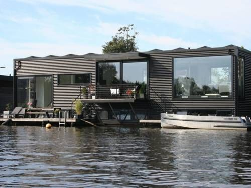 Villa Ronde Hoep Oudekerk Aan De Amstel Situated in Ouderkerk aan de Amstel, this villa features a patio. The unit is 9 km from Amsterdam.  A TV and DVD player is provided.  You can play table tennis at the property, and free use of bicycles is available.