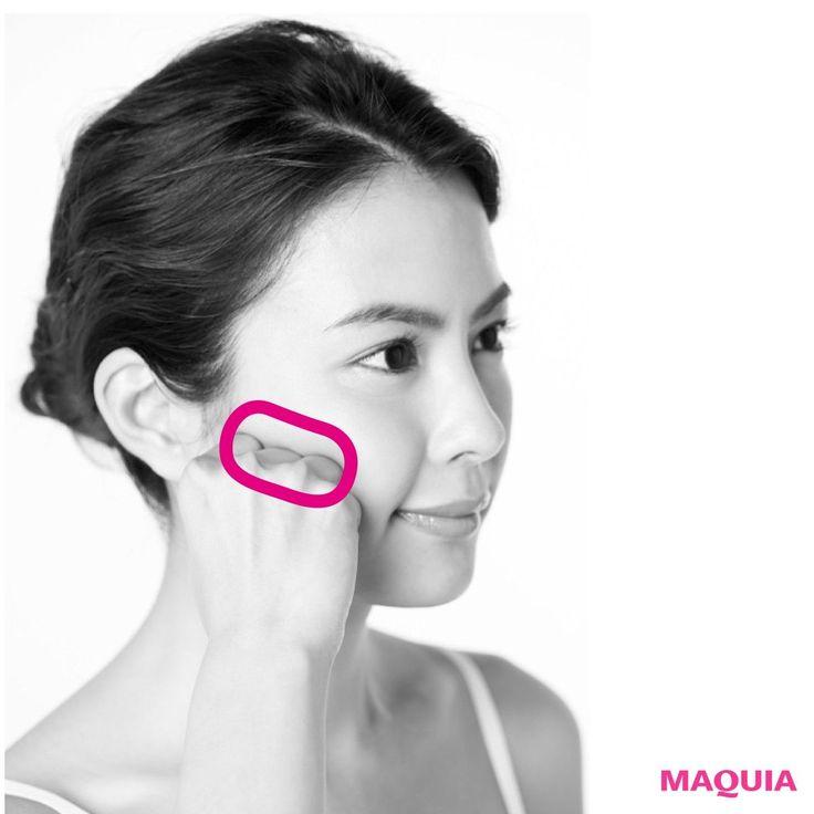 【目をパッチリ】眼輪筋のまわりに溜まった、むくみがターゲット。巡りをよくすれば、目はパッチリ、筋肉の老化によるまぶたの下垂を防ぐことも可能。眼輪筋を刺激する親指の第一関節で、眼のまわりをぐるりとプッシュ。むくみをケアすると同時に、眼精...