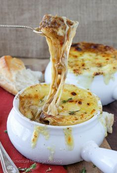 Recipe for a homemade French Onion Soup - so incredibly flavorful and comforting, you'll never want to order it in a restaurant ever again!!!    Rezept für hausgemachte Zwiebelsuppe.