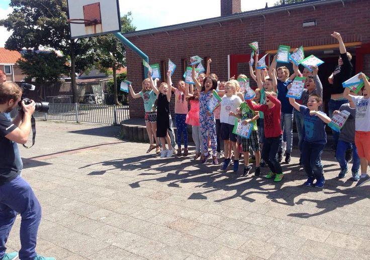 Voorbereiding van de Kinderpostzegelactie in volle gang. Hier in Westkapelle maakten we vandaag de officiële rennende-kinderen-foto. Starring groep 7&8 van basisschool De Lichtstraal!