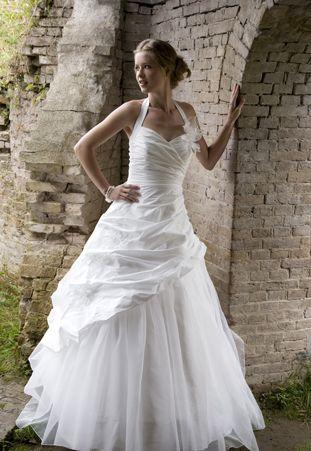 Mooie halter trouwjurk van Creations of Leijten in zijde met organza.