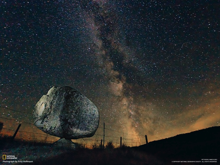 Massi erratici  Fotografia di Fritz Hoffmann, National Geographic    Dei macigni stanno in bilico in modo casuale a Olmsted Point, nello Yosemite National Park. Qui un ghiacciaio ha eroso la roccia madre, che ha 92 milioni di anni, e ritirandosi si è lasciato dietro questi massi, che si erano staccati da un monte vicino. Le rocce, insieme ai profondi solchi sulla roccia madre, indicano il percorso del ghiacciaio.