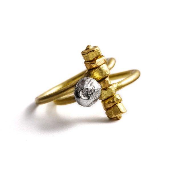 """Heen- en weer-""""zaadje"""" van zilver op een korreltjes-as, die twee fijne geelgouden ringen bij elkaar houdt, from the jewellery label JUWEELTJES"""