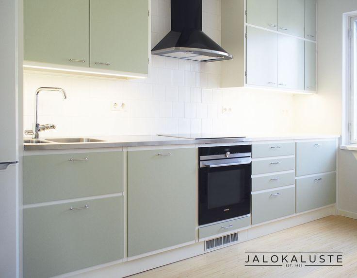 Jalokalusteen Uusretro-mallistot antavat tuulahduksen raikkaasta 50-luvusta. Puukuviolliset tai värikkäät ovet, näkyvät valkoiset rungot ja lankavetimet tuovat mieleen aikakauden historiaa.  Retro keittiö on in! Se panee rokkaamaan! www.jalokaluste.fi #habitare2016 #design #sisustus #messut #helsinki #messukeskus